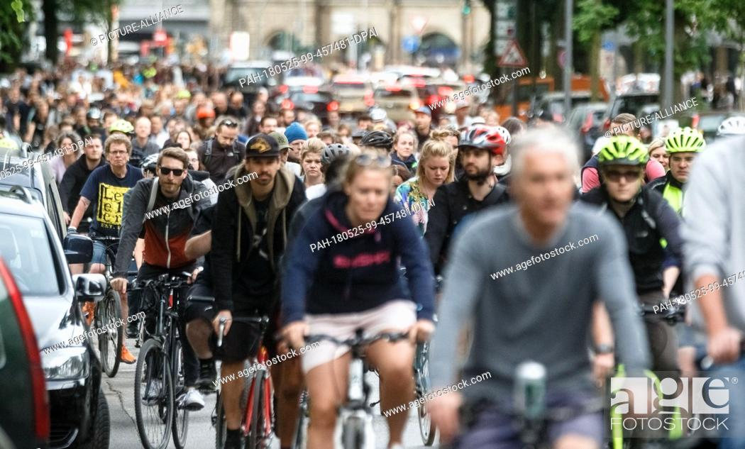 Imagen: 25 May 2018, Germany, Hamburg: Hundreds of participants riding through Hamburg in a Critical Mass bicycle demonstration. Photo: Markus Scholz/dpa.