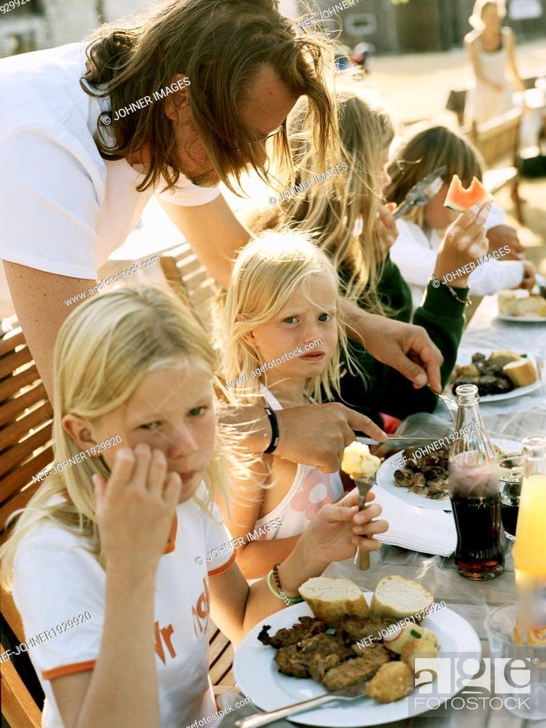 Imagen: Family eating outdoor.