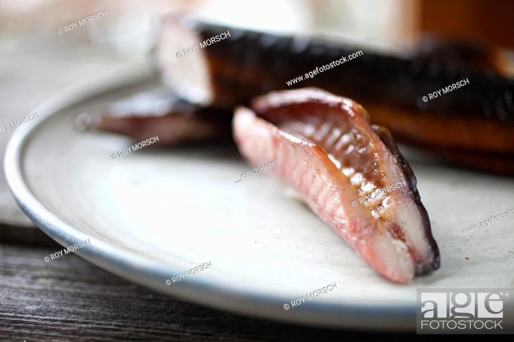 Imagen: Close-up of smoked eel section.