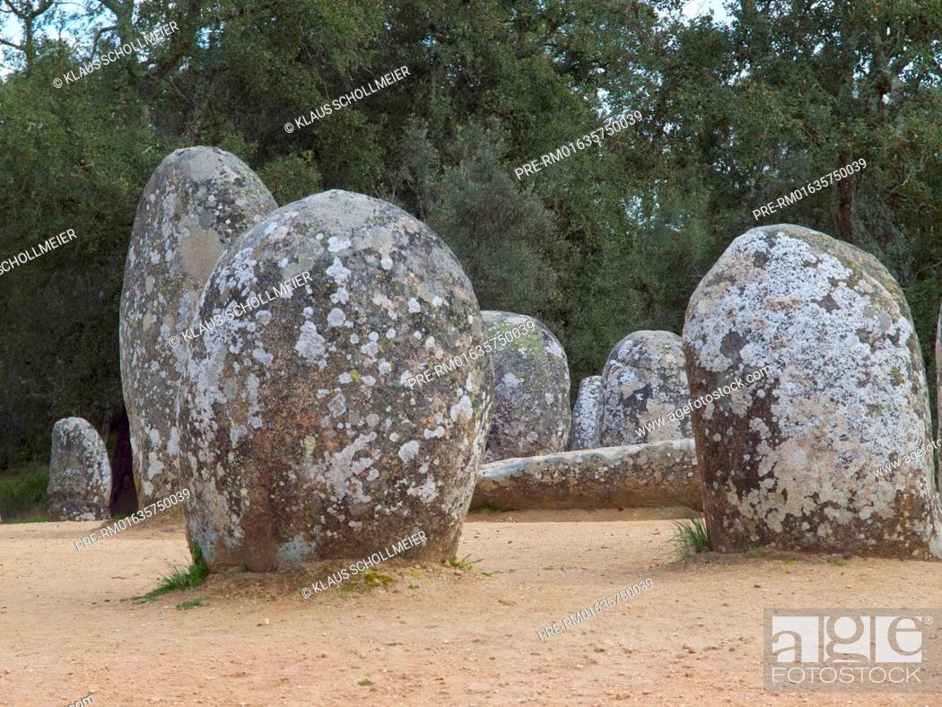 Imagen: Cromeleque dos Almendres (Cromlech of the Almendres), Evora, Alentejo, Portugal / Cromeleque dos Almendres (Cromlech von Almendres), Evora, Alentejo, Portugal.