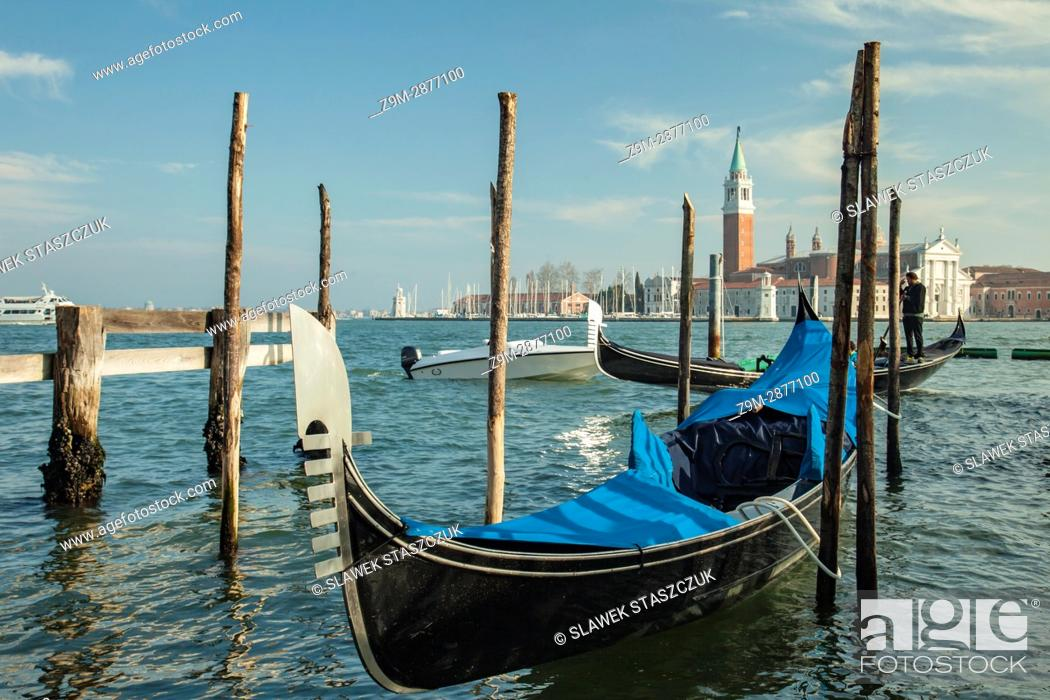 Imagen: Gondola moored at San Marco district of Venice.