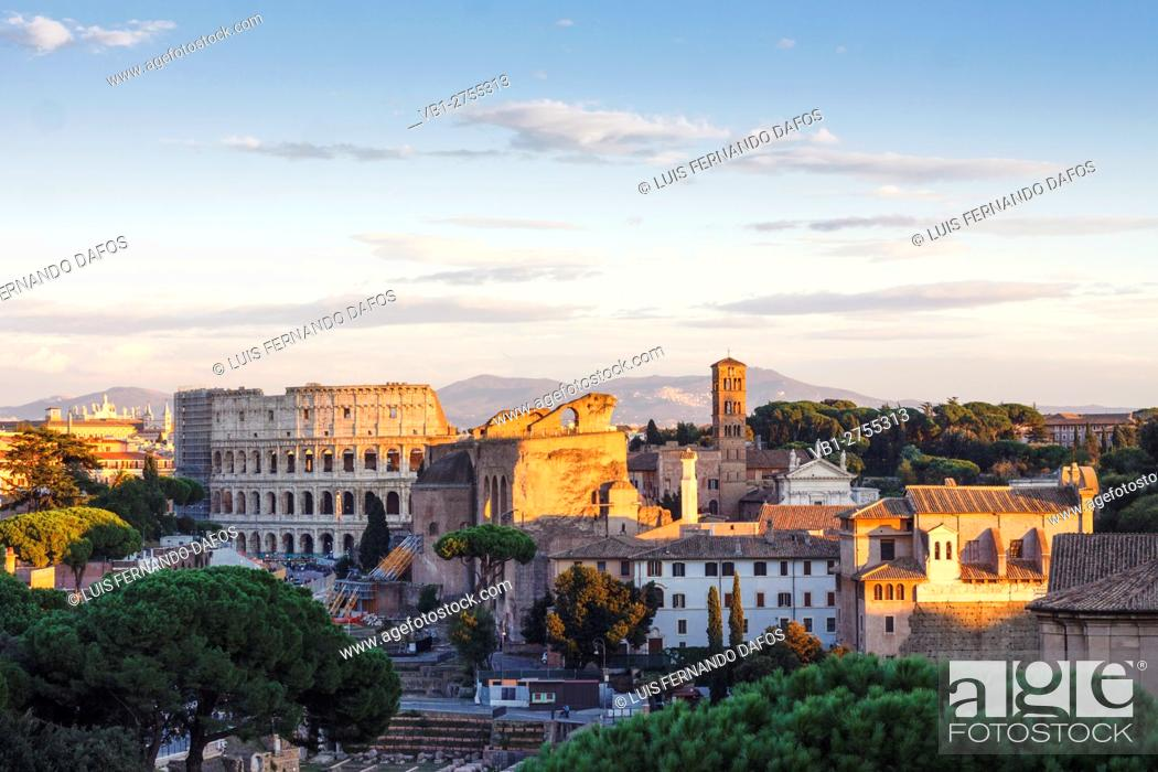 Photo de stock: The Coliseum as seen from the Altare della Patria, Rome, Italy.