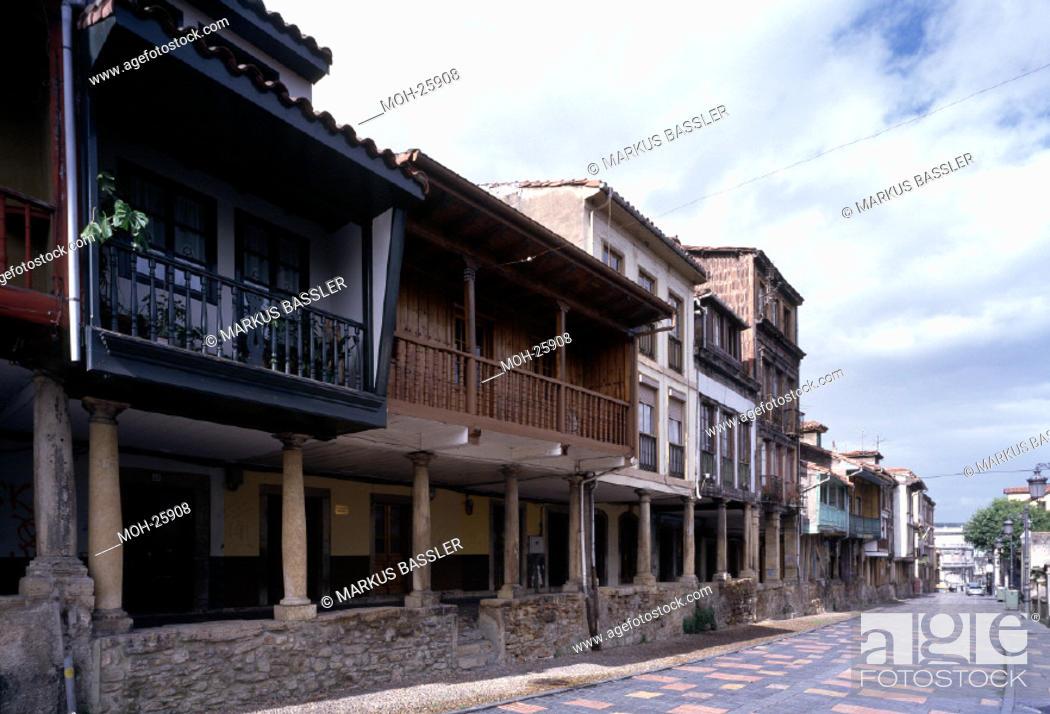Photo de stock: Aviles, Arkadenhäuser der Calle Galiana in der Altstadt.