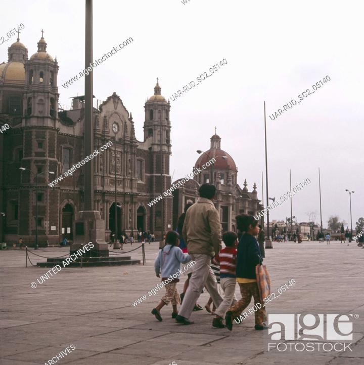 Imagen: Eine Familie überquert die Plaza Mariana vor der Kirche Templo Expiatorio A Cristo Rey in Mexiko-Stadt, Mexiko 1980er Jahre.