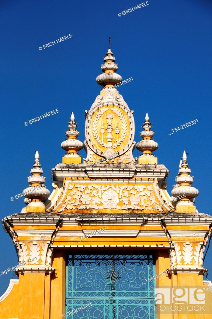 Stock Photo: Entrance to the Royal Palace in Phnom Penh.