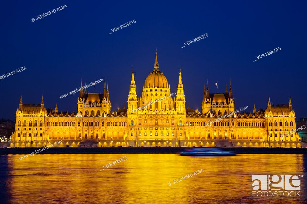 Imagen: Hungarian Parlament building at night, Neogothic Style, National Assembly. Banks of Danube river. Budapest Hungary, Southeast Europe.