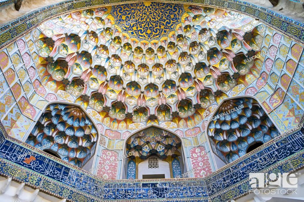 Imagen: Detail of main gate, Abdul Aziz Khan Medressa, Bukhara, Uzbekistan.