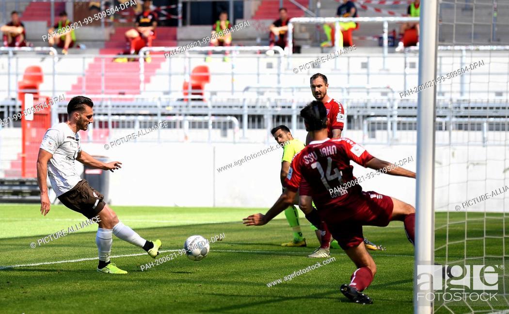 Imagen: 21 June 2020, Hamburg: Football: 2nd Bundesliga, 33rd matchday, FC St. Pauli - Jahn Regensburg, at the Millerntor stadium Dimitrios Diamantakos (l) from Pauli.