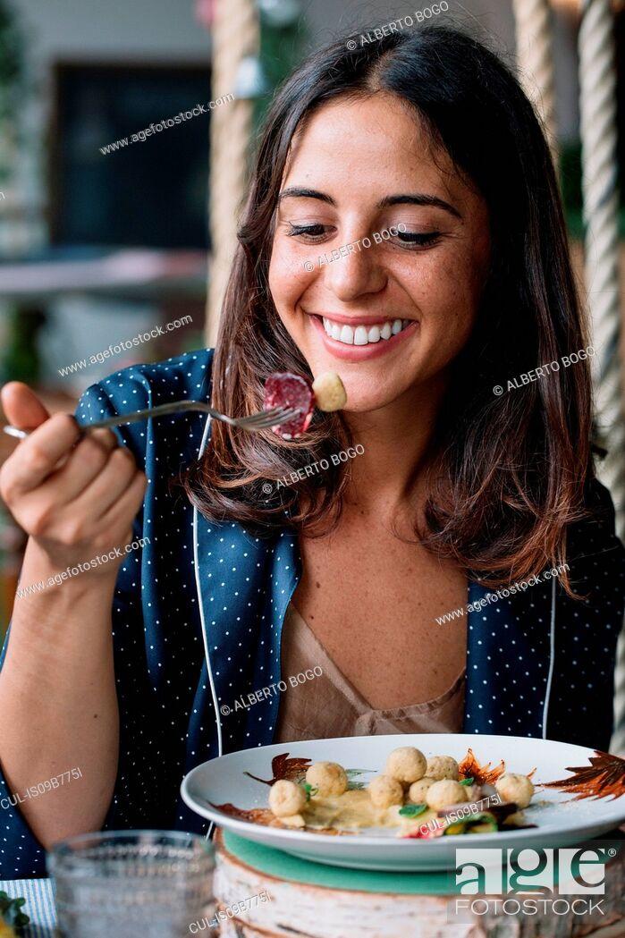 Imagen: Woman enjoying vegetarian dish.