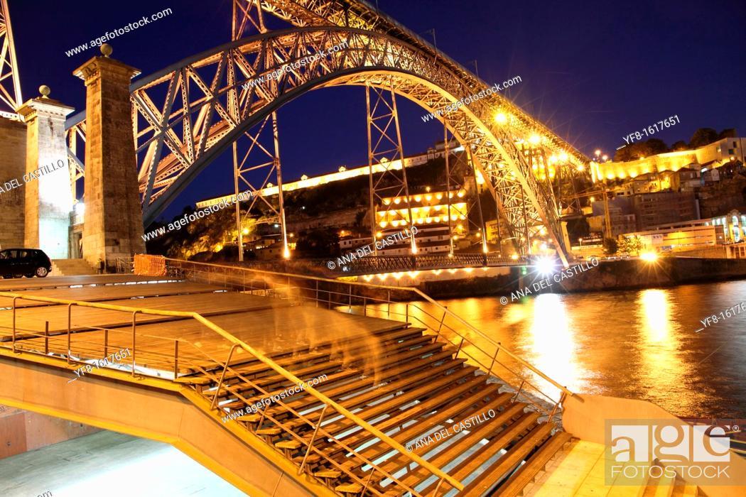 Imagen: Dom Luis I bridge at dusk Porto Portugal.