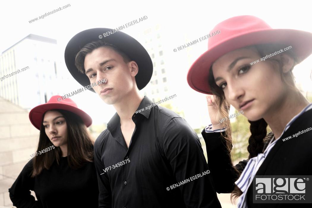 Imagen: Man and two women wearing hats. Munich, Germany.