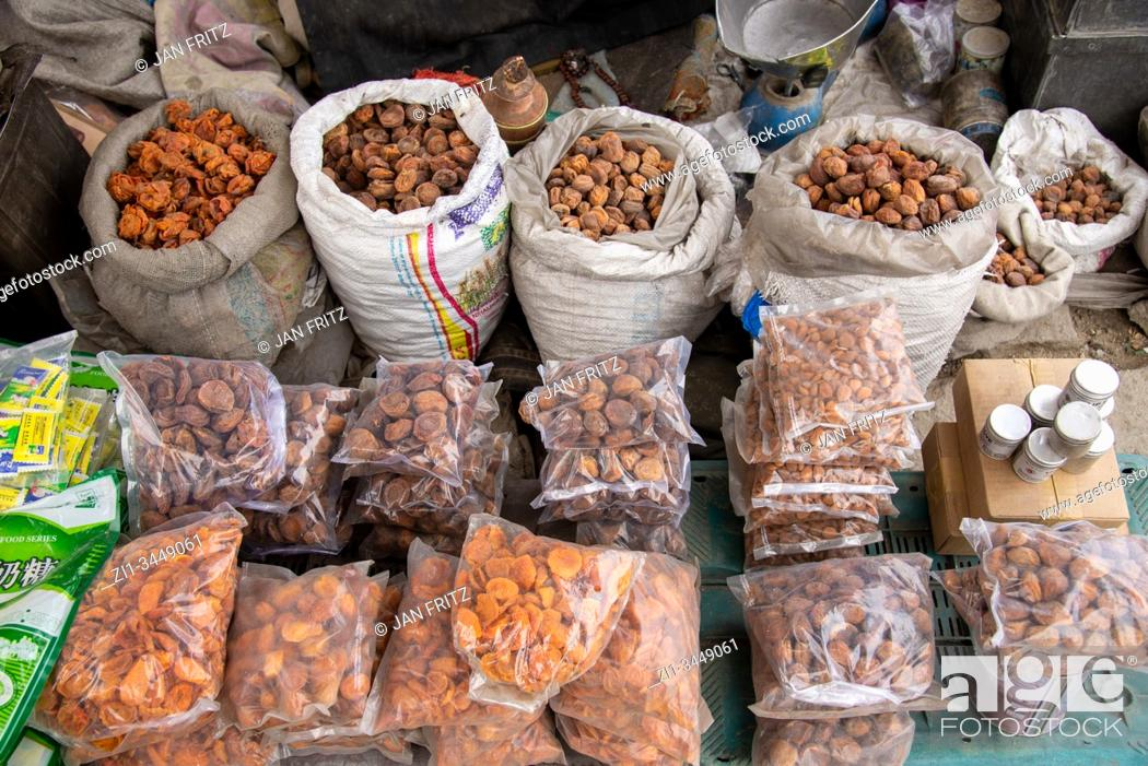 Imagen: bags with dried abricots at streetmarket in Leh, Ladakh, India.