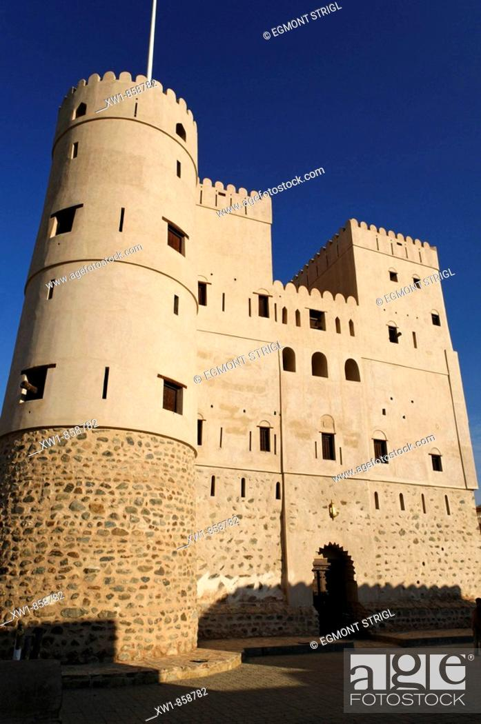 Imagen: historic adobe fortification Fazah Fort or Castle, Fizm, Batinah Region, Sultanate of Oman, Arabia, Middle East.