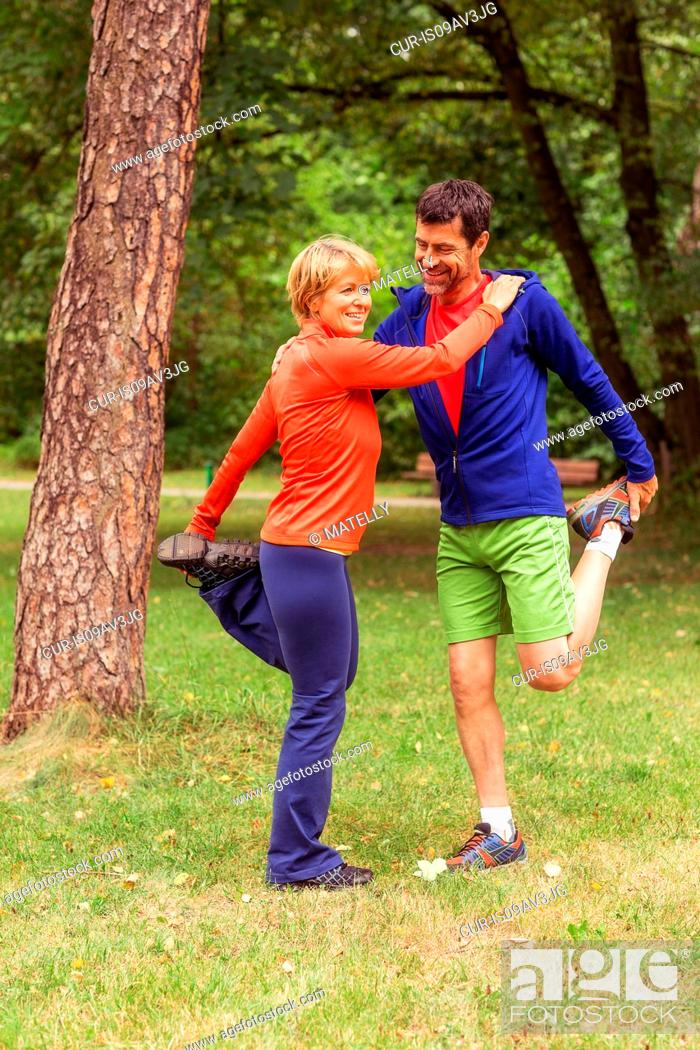 Imagen: Couple exercising, stretching, outdoors.