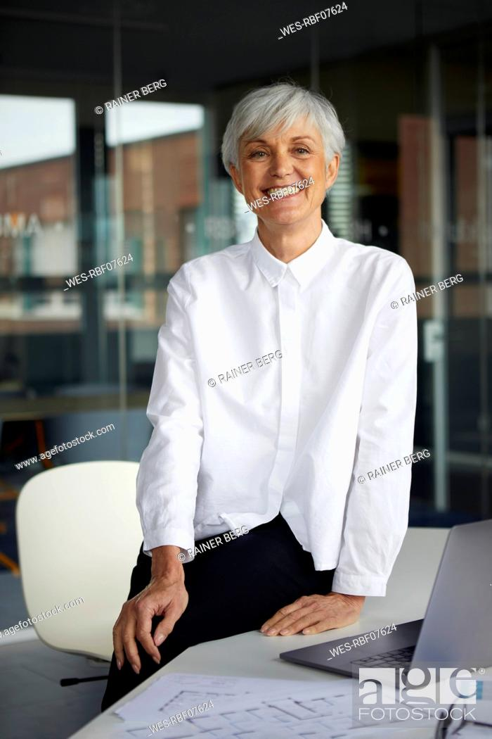 Imagen: Portrait of relaxed senior businesswoman in her office.