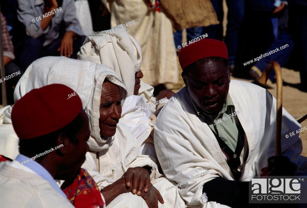 Imagen: Men in traditional clothes, Matmata Berber festival, Tunisia.