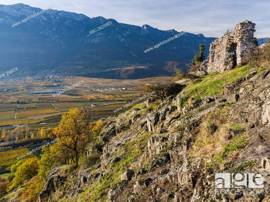 Imagen: Ruins on mount Castelfeder. View into the Etsch Valley in the South Tyrolean Unterland - Bassa Atesina. europe, central europe, italy, november.