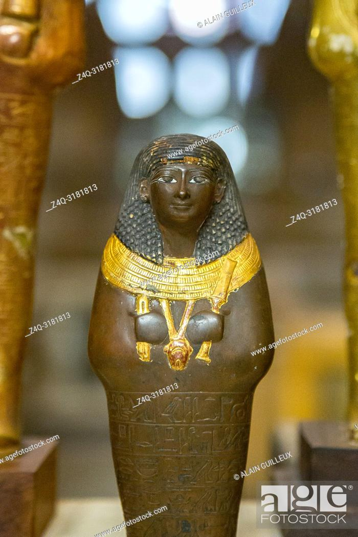 Imagen: Egypt, Cairo, Egyptian Museum, from the tomb of Yuya and Thuya in Luxor : Ushebti, in copper and wood, holding a broad collar.