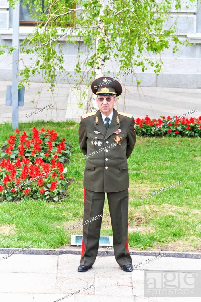 Imagen: SAMARA, RUSSIA - MAY 9, 2017: Russian general on celebration at the parade on annual Victory Day, May, 9, 2017 in Samara, Russia.