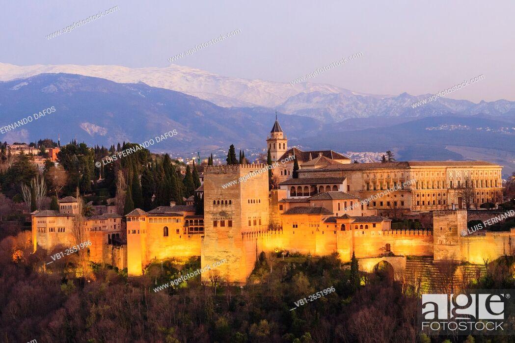 Imagen: Illuminated Alhambra palace and Sierra Nevada at sunset. Granada, Andalusia, Spain.