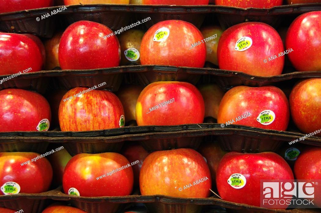 Stock Photo: Selling apples in Sant Josep Market, La Boqueria, Barcelona.