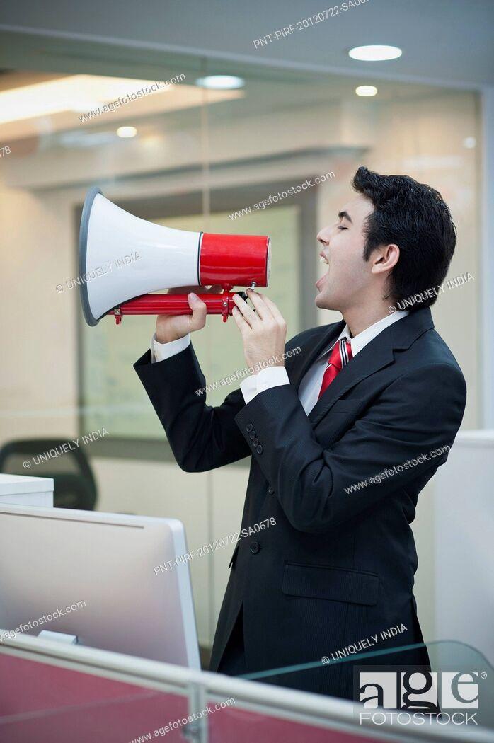 Imagen: Businessman shouting into a bullhorn.