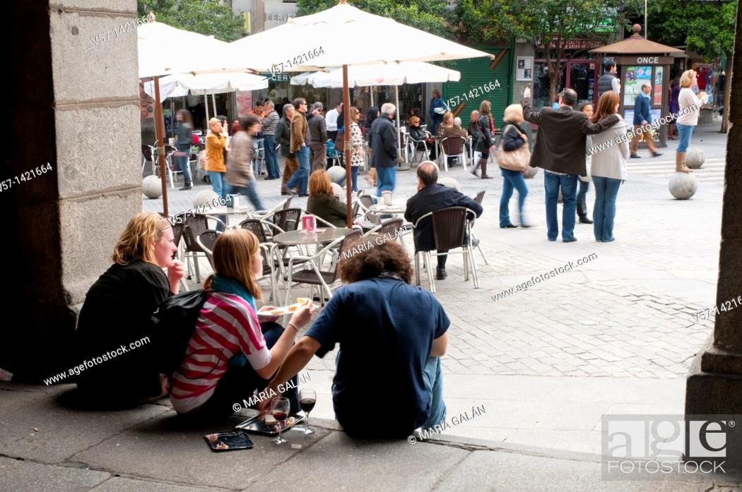 Imagen: Young people having lunch in the street. Ciudad Rodrigo street, Madrid, Spain.