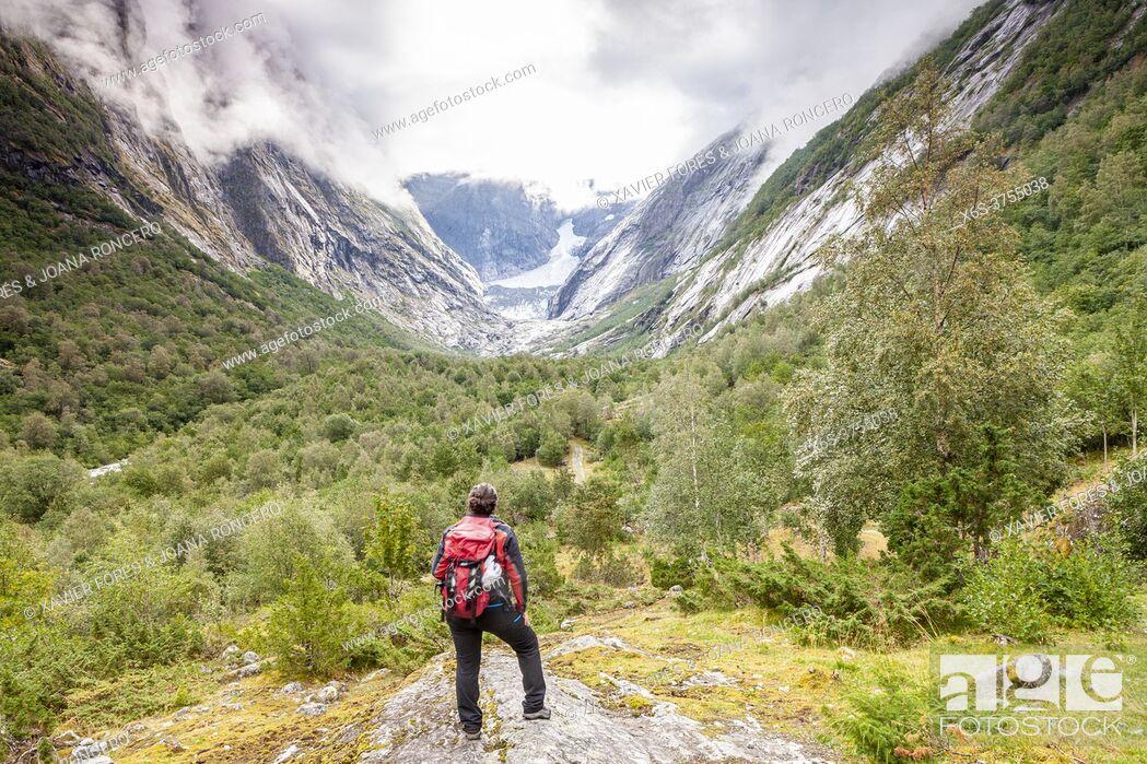 Imagen: Hiking to Brenndals-breen Glacier, National Park of Jostedalsbreen, Vestland, Norway.