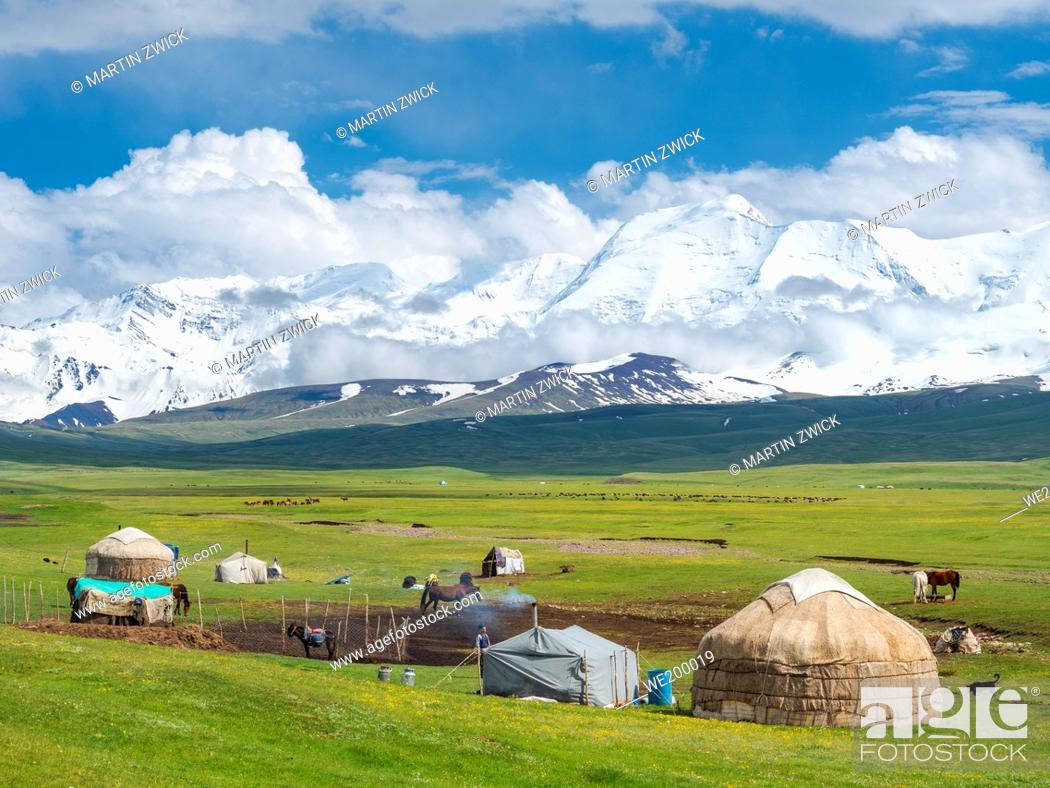 Photo de stock: Traditional yurt in the Alaj valley with the Transalai mountains with Pik Kurumdy (6614) in the background. The Pamir Mountains, Asia, Central Asia, Kyrgyzstan.