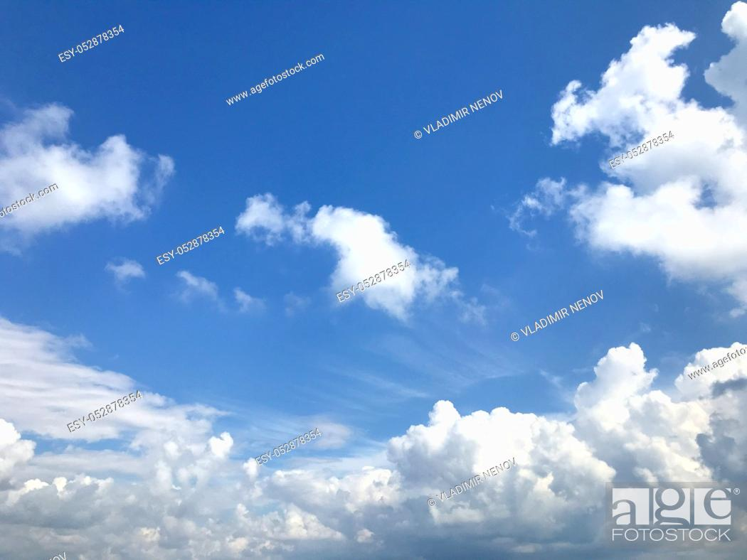 Imagen: Low Angle View Of Clouds In Blue Sky.