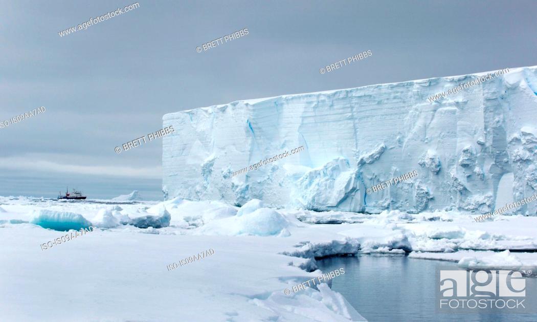 Imagen: Iceberg, ice floe in the southern ocean, 180 miles north of East Antarctica, Antarctica.