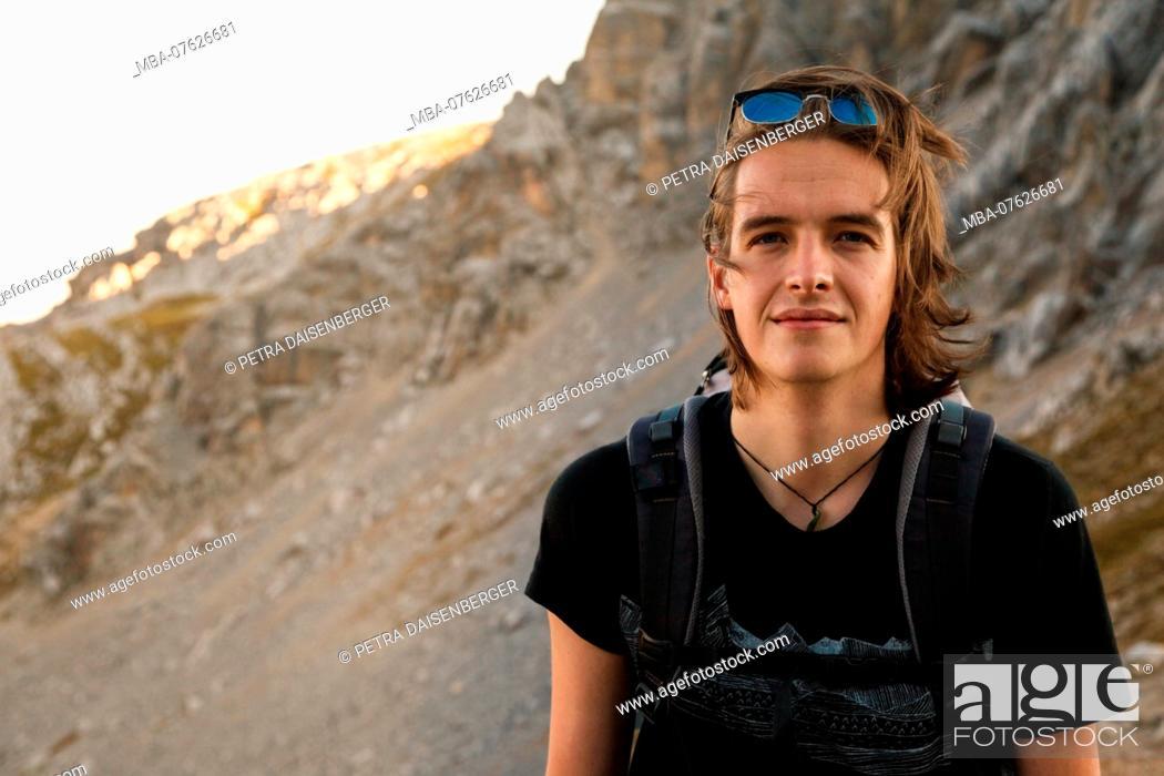 Imagen: Young man on the way in the Bavarian mountains near Garmisch-Partenkirchen,.
