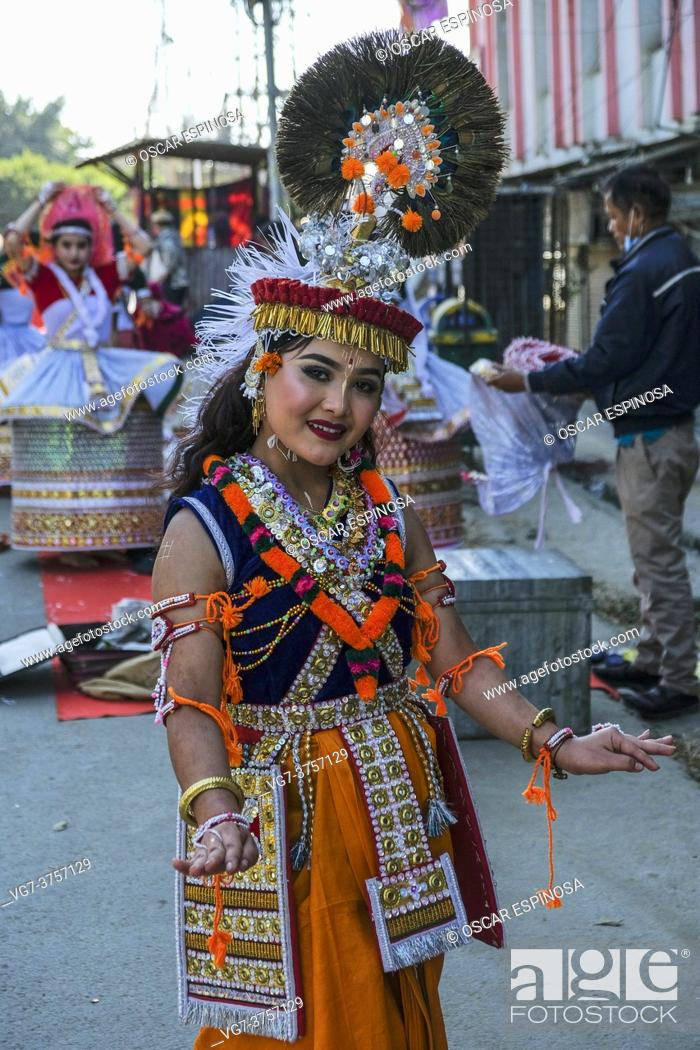 Imagen: Imphal, India - December 2020: A traditional Manipurian dance dancer on a street in Imphal on December 27, 2020 in Manipur, India.