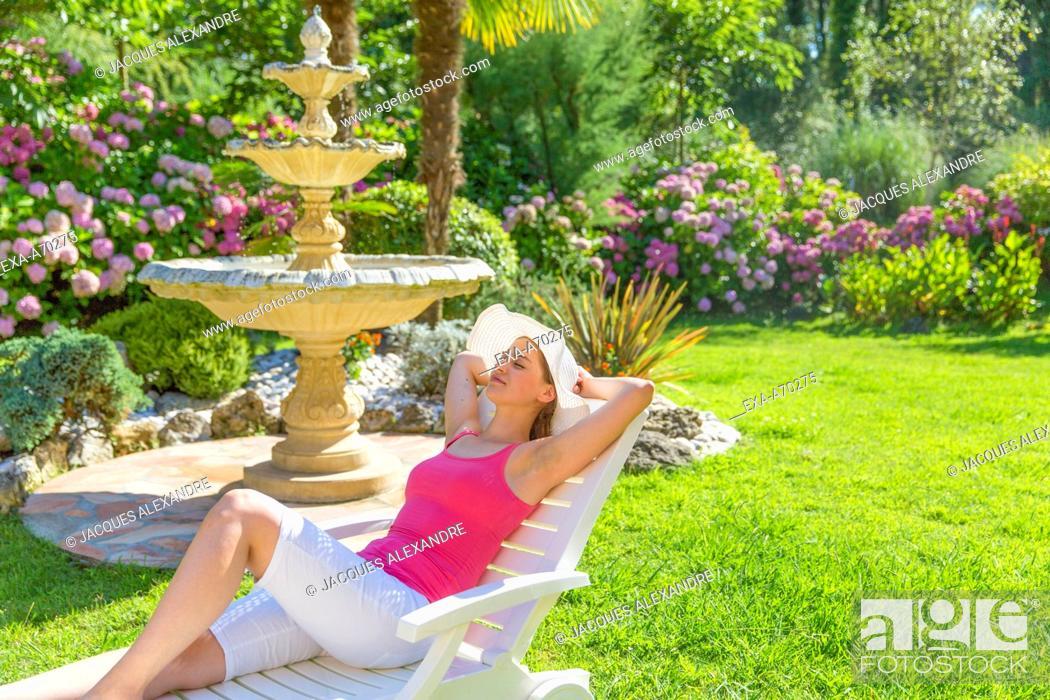 Imagen: Woman relaxing on deck chair.