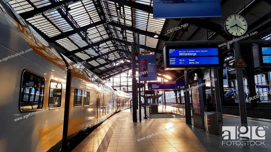 Imagen: Bahnhof Berlin Friedrichstrasse at sunset. Berlin Germany.