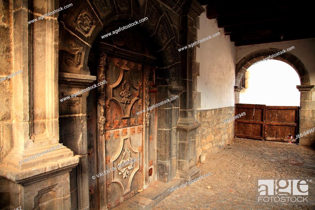 Imagen: Door of old house in the village of Roncal. Navarra.