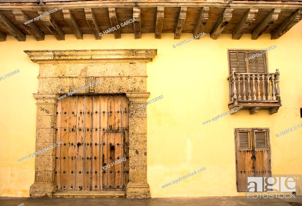 Imagen: Colonial door to house in the ancient walled city of Cartagena of indies. Historical patrimony of the humanity for the UNESCO. Cartagena, Colombia.