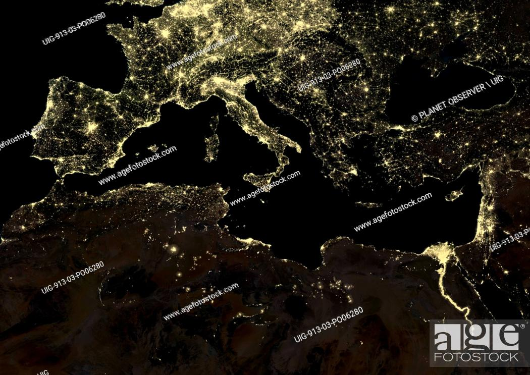 Imagen: Mediterranean Region at night in 2012. This satellite image shows urban and industrial lights.