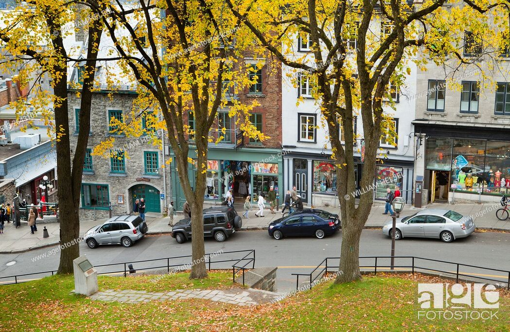 Imagen: Shops and visitors on steep street connecting the upper and lower towns of old Quebec, Cote de la Montagne, Quebec City, Quebec, Canada, October.
