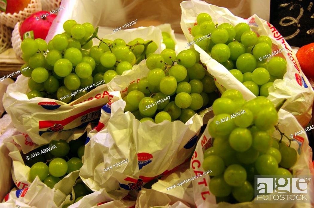 Stock Photo: Venta de uva en el Mercado de Sant Josep, La Boqueria, Barcelona.