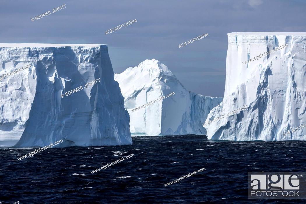 Imagen: Incredibly large tabular icebergs float through the antarctic Sound near the top of the Antarctic Peninsula, Antarctica.