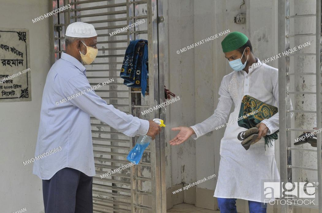 Imagen: in congregation at Hazrat Shahjalal (R)Sylhet, Bangladesh mosque staff providing sanitizer to the Muslims attend Friday prayers under the shadow of the Covid-19.