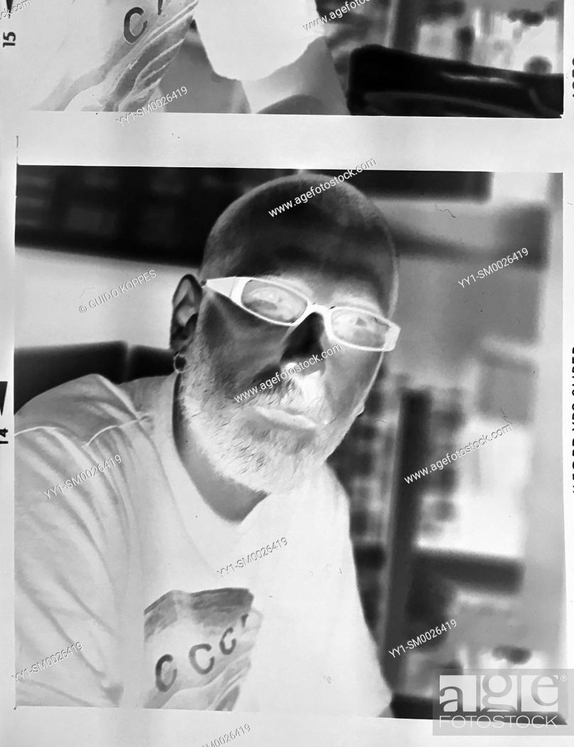 Imagen: Studio Tuinstraat, Tilburg, Netherlands. Old fashioned contact sheet of analog black & white film made from an LED Lightbox, using an iPhone SE Mobile Camera.