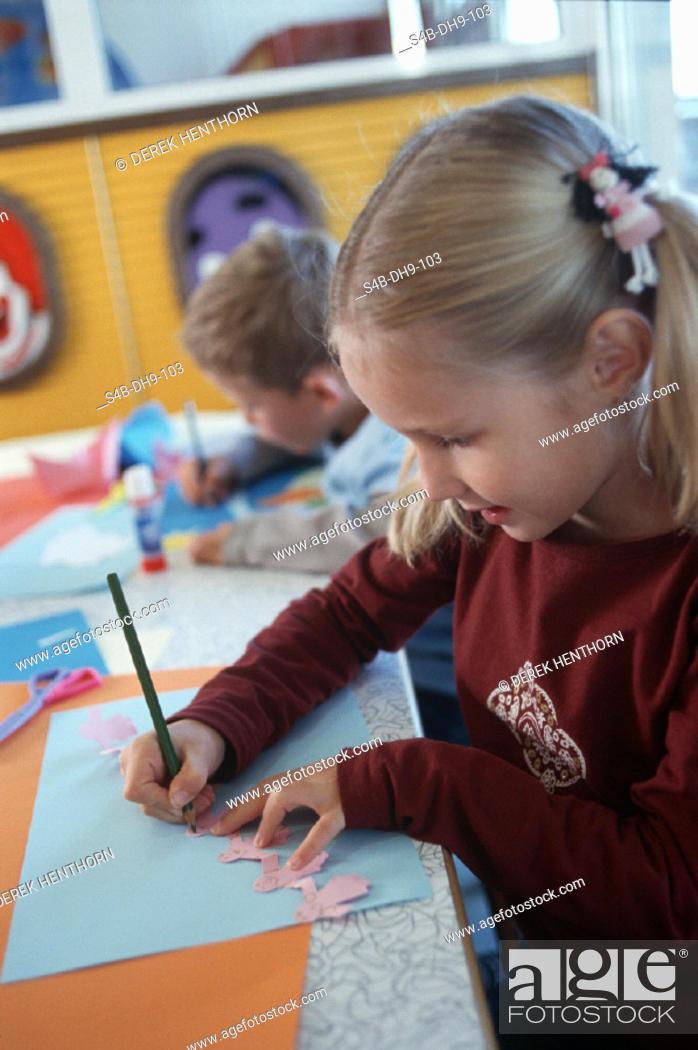 Kleines Maedchen Beim Nachmalen Einer Figur Kindergarten Little