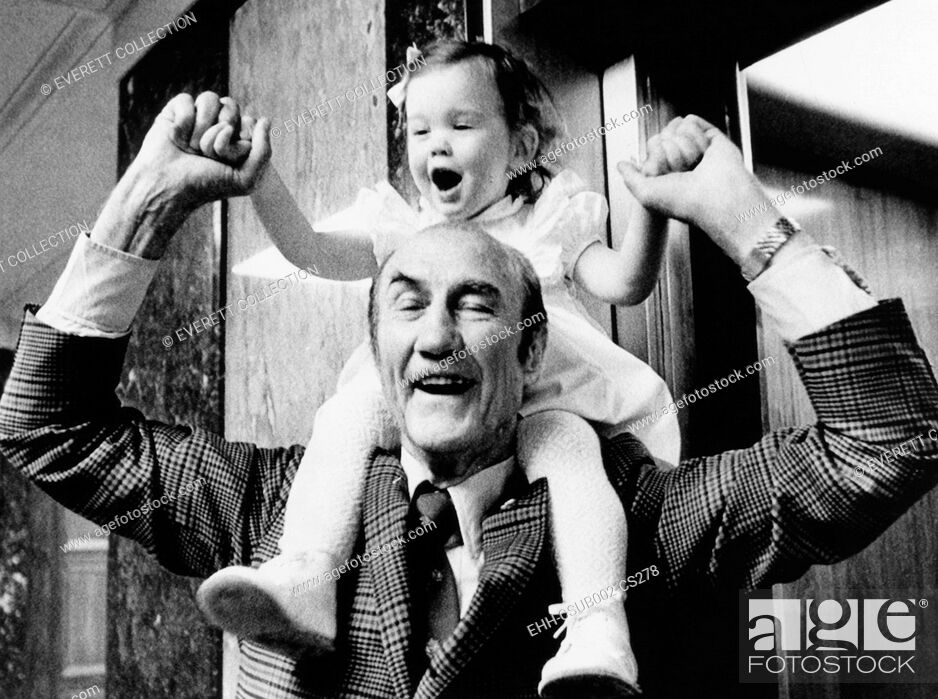 Imagen: Senator Strom Thurmond plays with his baby daughter Nancy Moore Thurmond. Republican of South Carolina was married to a women 44 years his junior.
