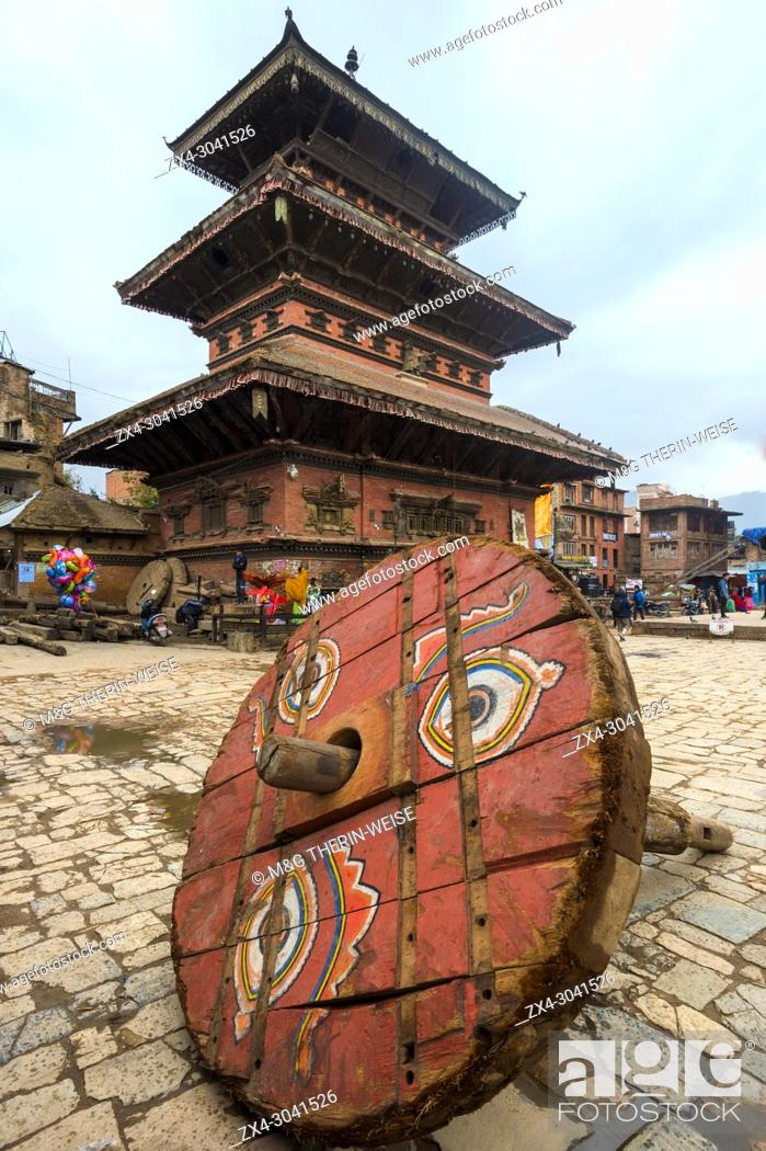 Imagen: Wheel of a ceremonial chariot for the Bisket Jatra Festival in front of Bhairabnath Temple, Taumadhi Tole square, Unesco World Heritage Site, Bhaktapur, Nepal.