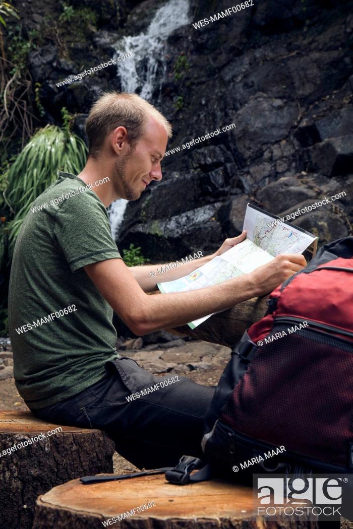 Photo de stock: Hiker taking a break at rest area, Barranco el Cedro, La Gomera, Canary Islands, Spain.