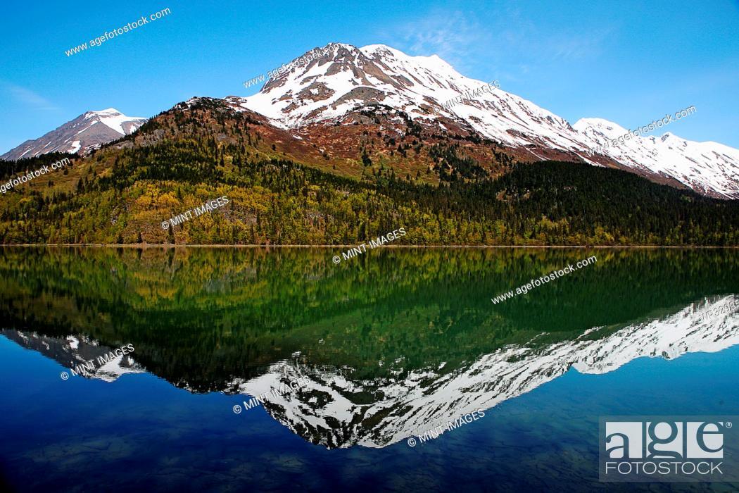 Imagen: Reflection of mountain in still lake.