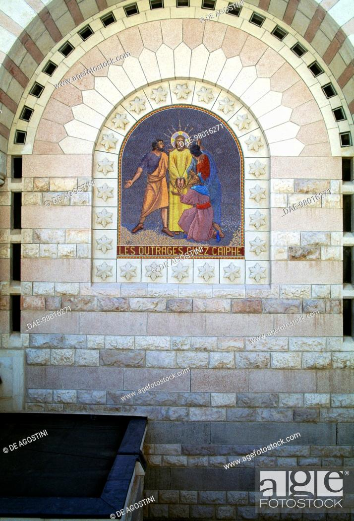Imagen: The outrages of Caiaphas, mosaic on the facade of the Church of St Peter in Gallicantu, Mount Zion, Jerusalem. Israel, 20th century.