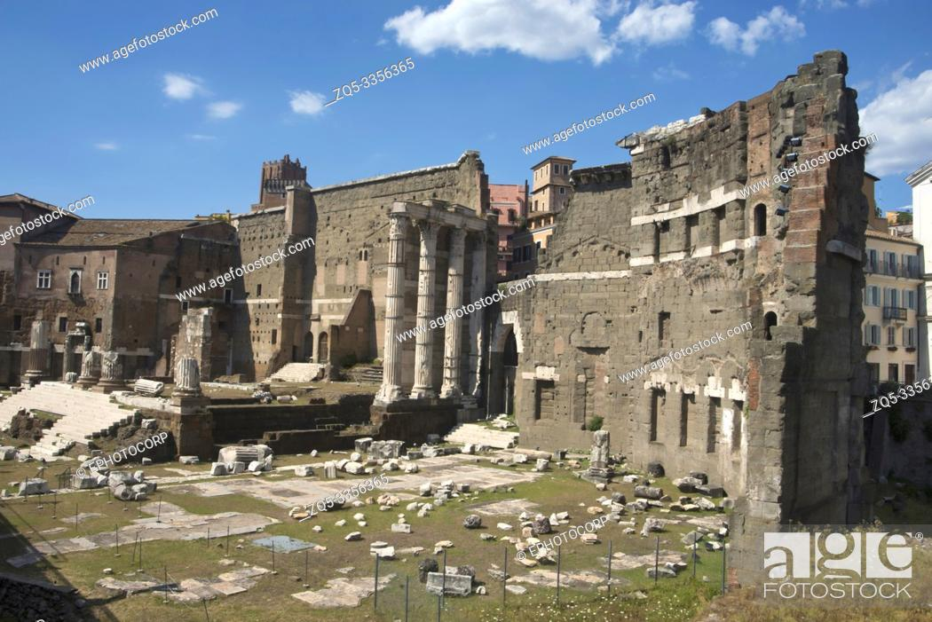 Photo de stock: General view of the Roman forum surrounded by the remnants of ancient government buildings, Rome.